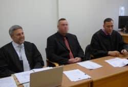 Thomas K. (31, M.) am Landgericht neben seinen Verteidigern Curt-Matthias Engel und Mario Thomas (v.l.). Foto: Lucas Böhme