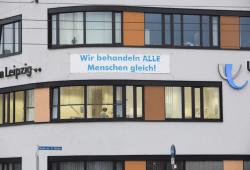 """""""Wir behandeln alle Menschen gleich!"""" - Mit dieser Aussage auf einem Transparent positionierte sich das UKL in der Vergangenheit bereits mehrfach deutlich sichtbar. Foto: Stefan Straube / UKL"""