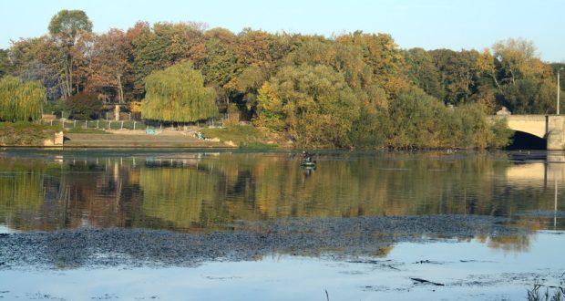 Angler auf dem Elsterbecken. Foto: Ralf Julke