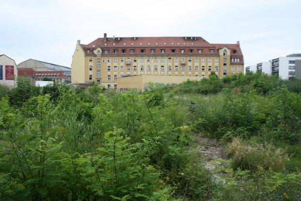 Das alte Krystallpalast-Gelände mit Blick zu einstigen Paketpostamt, dem heutigen A&O-Hotel. Foto: Ralf Julke
