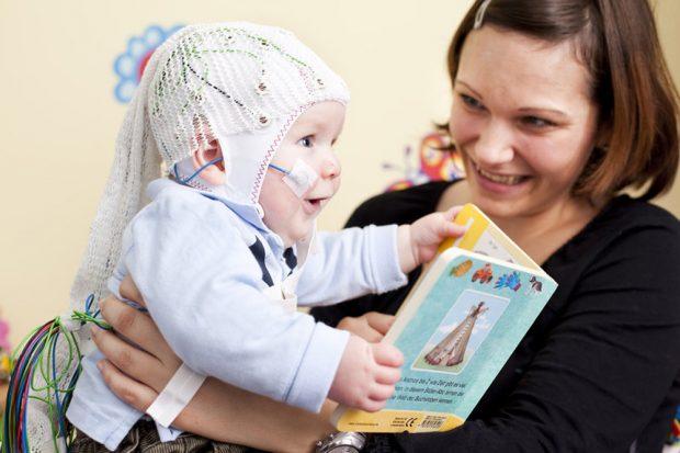 Babys im Alter von fünf Monaten waren in der Lage, im Kindersprachlabor Einbettungen in akustisch dargebotenen Sequenzen zu erkennen. Foto: Nikolaus Brade / MPI CBS