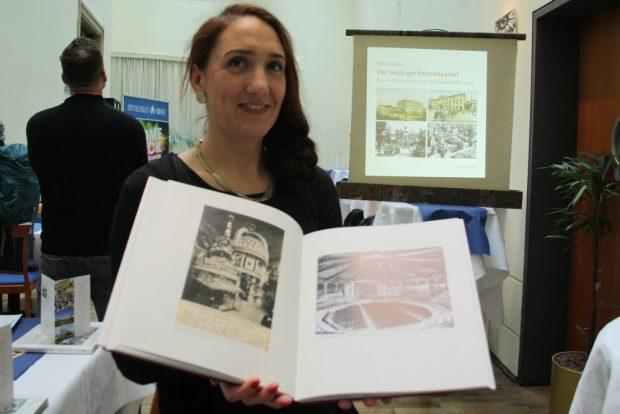 Bettina Baier mit ihrem Buch. Foto: Ralf Julke
