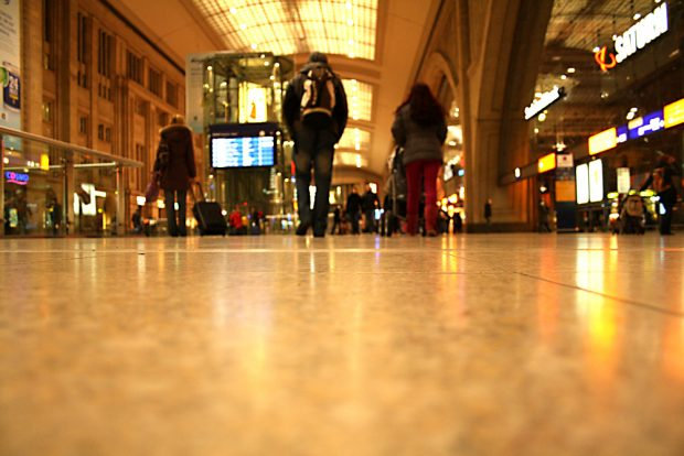 Hauptbahnhof, Querbahnsteig - und der Weg zur Toilette nur gegen Geld. Foto: Ralf Julke