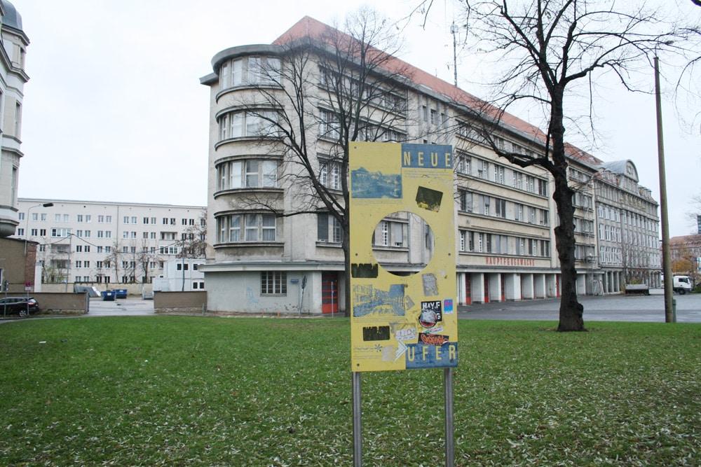 Hauptfeuerwache mit Werkstatthof (links) und Hinweisschild zum Pleißemühlgraben. Foto: Ralf Julke