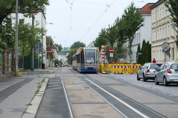 Straßenbahn in der Huttenstraße. Foto: Ralf Julke