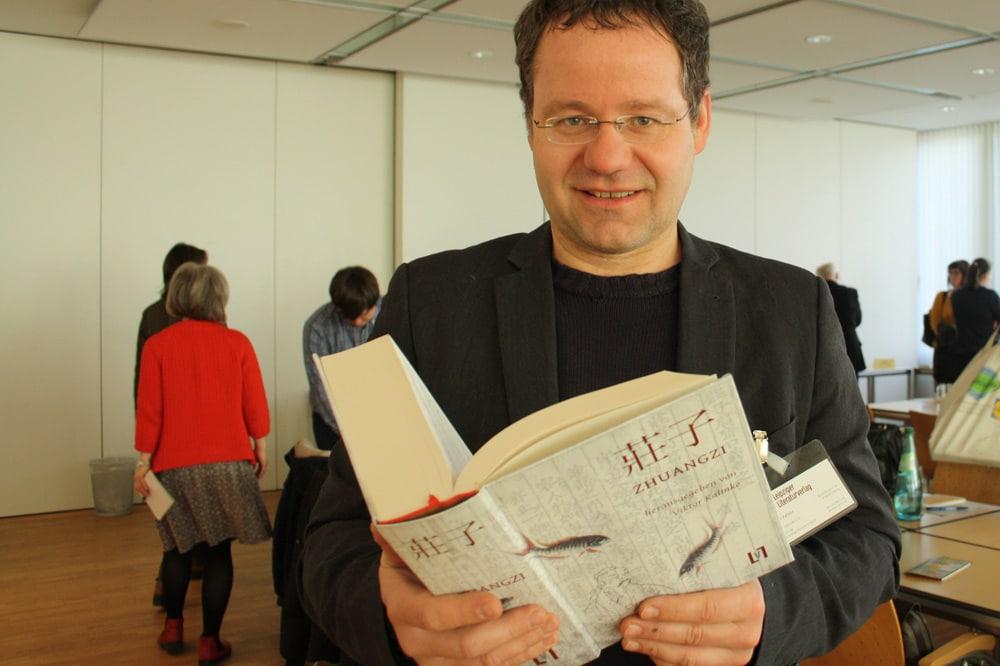 Viktor Kalinke mit der dicken Neuübersetzung des Zhuangzi. Foto: Ralf Julke