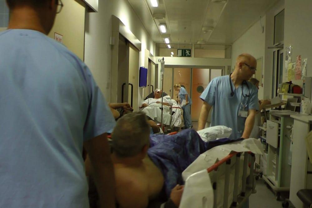 Notaufnahme staedtische Klinikum München - mit jeder Aufnahme hohe Verluste. Filmstill aus: Der marktgerechte Patient