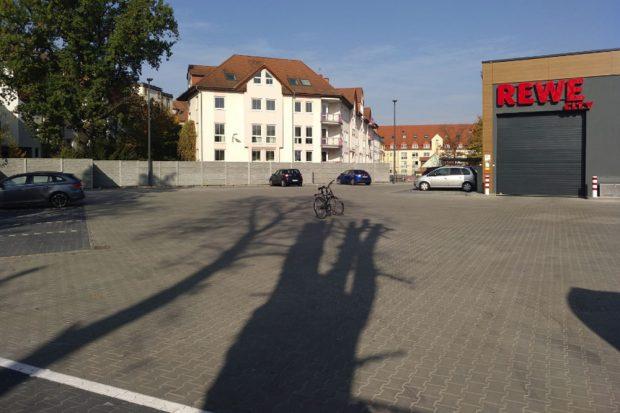 Hinterm Rewe-Markt: Eine riesige leere Parkplatzfläche. Foto: Grüne Fraktion Leipzig