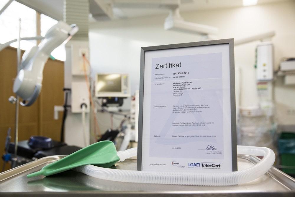 Alle aktuell gültigen DIN-Normen für ein Qualitätsmanagement erfüllt: Das Zertifikat gilt nun drei Jahre. Foto: Stefan Straube / UKL