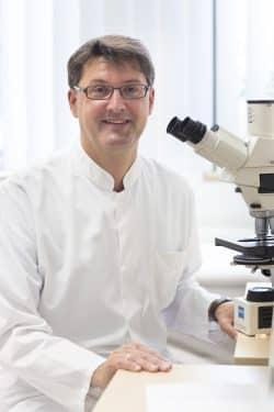 Professor Dr. Christoph Lübbert ist der Autor des Antiinfektiva-Leitfadens. Foto: Stefan Straube / UKL