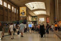 Reisende im Hauptbahnhof Leipzig. Foto: Ralf Julke