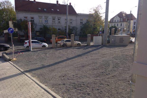 Platzfläche neben der Zufahrt an der Zschocherschen Straße: Auch hiert wure sämtliches Grün entfernt und durch Schotter ersetzt. Foto: Grüne Fraktion Leipzig