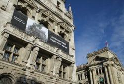 Plakat am Neuen Rathaus. Foto: Ralf Julke