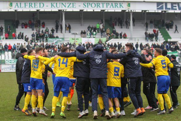 Lok feiert im Alfred-Kunze-Sportpark den Einzug ins Pokal-Halbfinale. Foto: Jan Kaefer