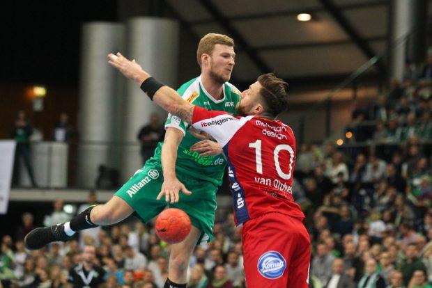 Philipp Weber (DHfK) spielt einen tiefen Pass gegen Fabian van Olphen (Lemgo). Foto: Jan Kaefer