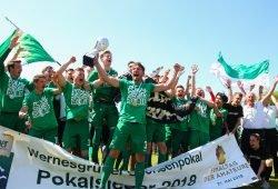 2018 in der ersten Runde erfolgreich auch im DFB-Pokal. Chemie-Kapitän Stefan Karau präsentiert den soeben erkämpften Sachsenpokal. Foto: Jan Kaefer