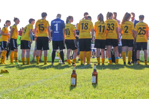 Kleines Stillleben mit Pokalsiegerinnen im Hintergrund. Foto: Jan Kaefer