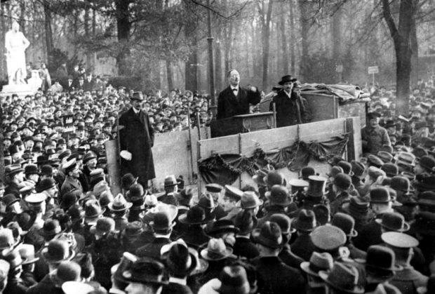 Berlin im Dezember 1918, eine Kundgebung im Tiergarten. Der Leipziger Karl Liebknecht glaubt noch an Revolution (hier bei seiner Rede). Foto: Bundesarchiv, Weinrother, Carl, CC-BY-SA 03.0