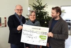 Sven Riemer vom Buchkinder Leipzig e.V. freut sich über die Spende, mit der im kommenden Jahr weitere Buchprojekte von Kindern gefördert werden sollen. Quelle: Energy2market GmbH