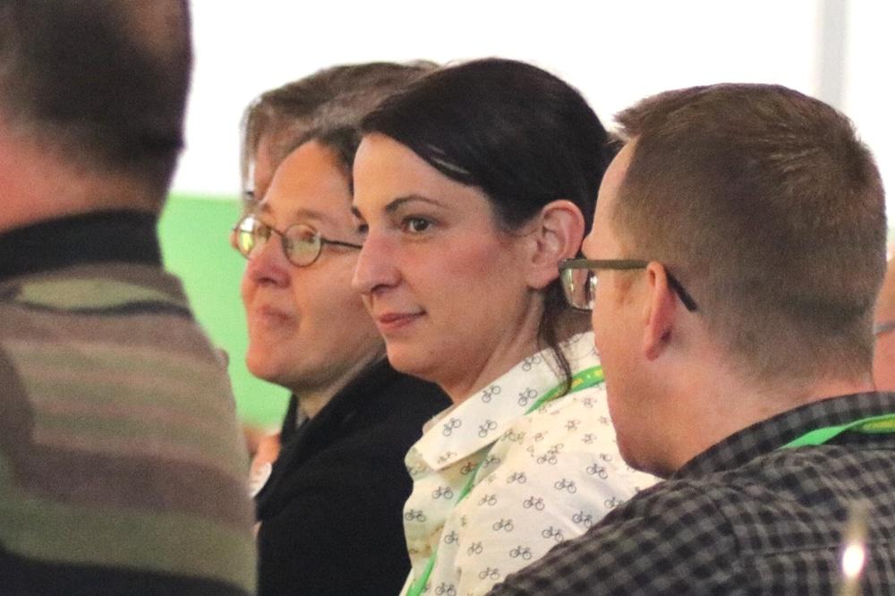 Christin Melcher (Landesvorstand B90/Die Grünen Sachsen) auf dem Europaparteitag in Leipzig 2018 (Monika Lazar MdB, i. Hintergrund). Foto: L-IZ.de