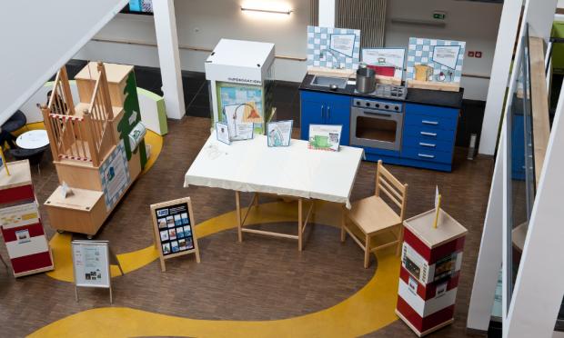 """Die """"Riesen-Küche"""": Die einer realen Küche nachempfundenen überdimensionierten Möbelstücke helfen Erwachsenen, Alltagsgefahren aus der Perspektive ihrer Kinder zu erleben. Foto: Stefan Straube / UKL"""