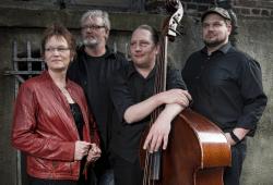 Die JazzCombo, v.ln.r.: Sabine Langenbach (Geschichten und Gesang), Andreas Theil (Keyboard), Max Jalaly (Bass), Björn Bergs (Technik und Gesang). Foto: Bernd Manthey