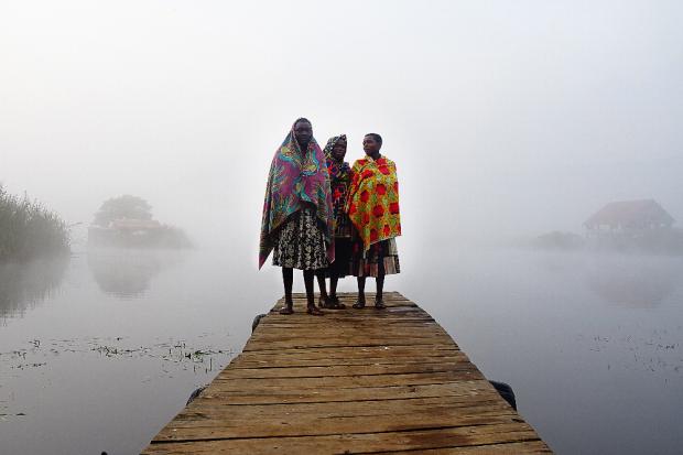 Im Morgenlicht erreicht uns ein kleines Boot und bringt uns ans andere Ufer des Bunyonyi-See, Uganda. Quelle: Anselm Pahnke