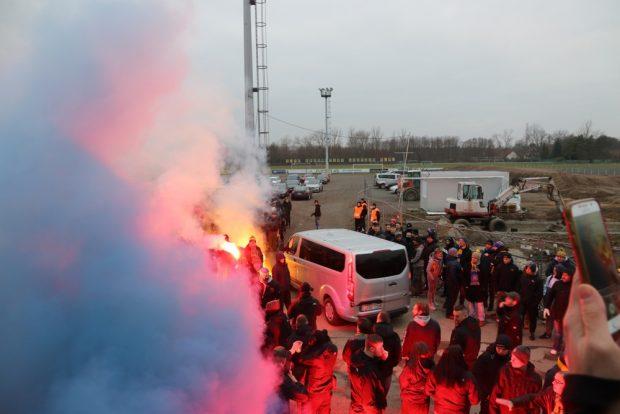 Lustig ist der Pyrozauber – wie hier bei Lok Leipzig (außerhalb des Stadions) - doch auch preisintensiv durch die Strafzahlungen. Foto: Michael Freitag