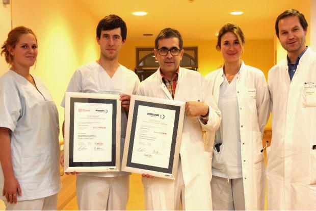 Prof. Beige (Mitte) freut sich mit seinem Team über die erneute Zertifizierung. Quelle: Klinikum St. Georg