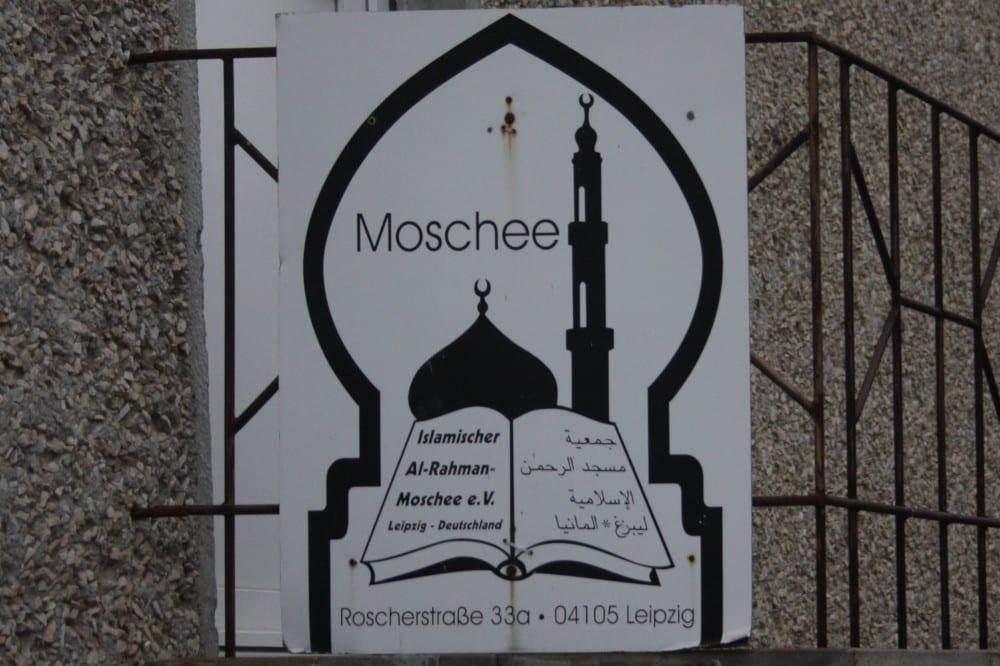 Hinweisschild der Al-Rahman-Moschee. Foto: Alexander Böhm