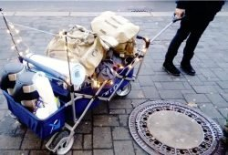 Unterwegs mit dem neuen faltbaren Bollerwagen, ermöglicht durch eine Spende in Höhe von 120 Euro im September des Jahres. Foto: TiMMi ToHelp e. V.