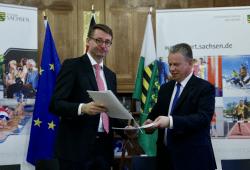Unterzeichnung des Zuwendungsvertrages im Sächsischen Staatsarchiv. Quelle: Sächsisches Staatsministerium des Innern