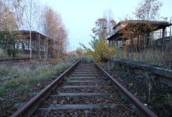Wo endet die Stadt? (Verlassener Güterbahnstein in Großbothen bei Grimma, 40 Minuten vor Leipzig mit der Bahn). Foto: Michael Freitag