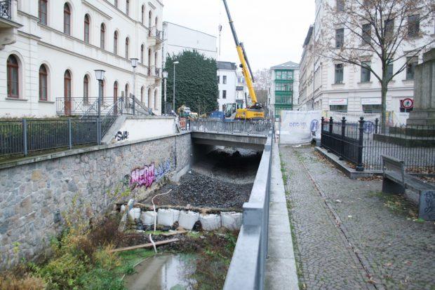 Die letzten Arbeiten an der Funkenburgbrücke. Foto: Ralf Julke