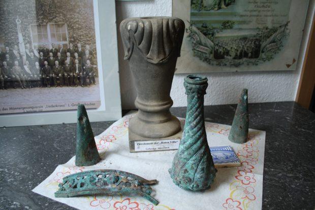 """Fundstücke von der Baustelle des Spielplatzes, ausgestellt im """"Heimatblick"""". Foto: Ralf Julke"""