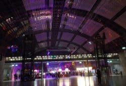 Die speziell erleuchtete Glashalle zum Hackerkongress. Foto: Franziska Wohlgemut