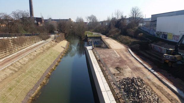 An dieser Stelle des Karl-Heine-Kanals könnte das Wassersperrwerk gebaut werden. Foto: Marko Hofmann