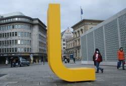 Das große gelbe L der L-Gruppe. Foto: Ralf Julke