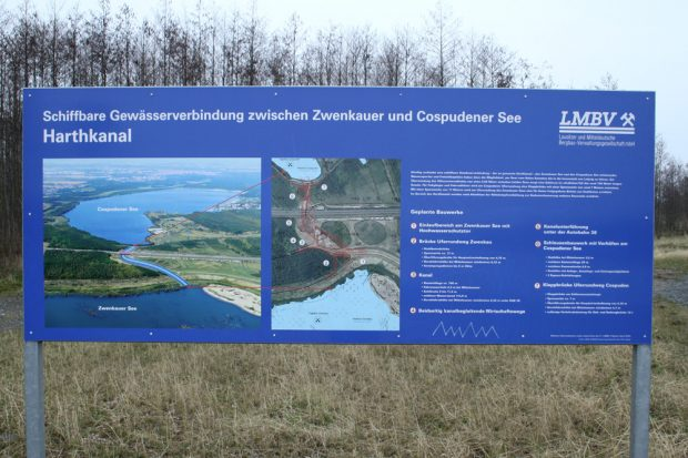 Informationstafel der LMBV am künftigen Bauplatz des Harthkanals. Foto: Ralf Julke