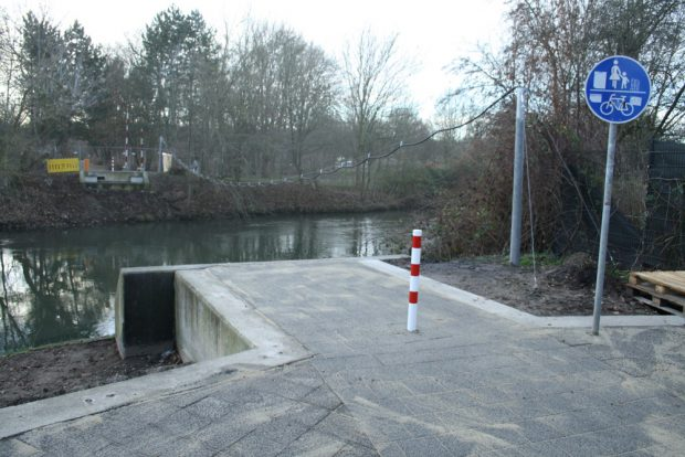 Anfang Dezember: die Fundamente noch ohne Brücke. Foto: Ralf Julke