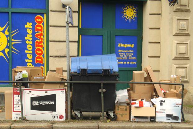 Der Papiercontainer fasst es nicht.Foto: Ralf Julke