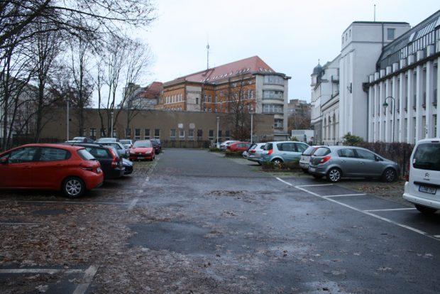 Verlorener Stadtraum: der große Stellplatz am Naundörfchen mit Blick auf die Rückseite der Garagengebäude der Hauptfeuerwache. Foto: Ralf Julke