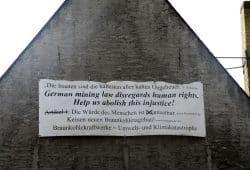 Plakat an rußgeschwärzter Wand in Pödelwitz. Foto: Matthias Weidemann