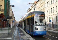 Die Linie 7 in der neuen Haltestelle Hans-Driesch-Straße. Foto: Ralf Julke