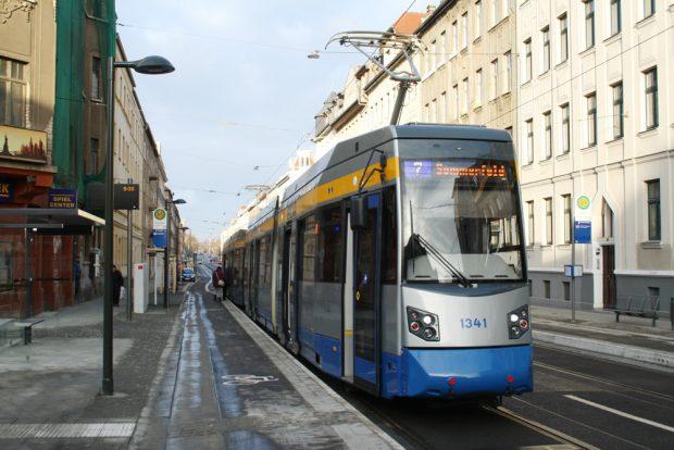 Die Linie 7 in der neuen Haltestelle Pfingstweide. Foto: Ralf Julke