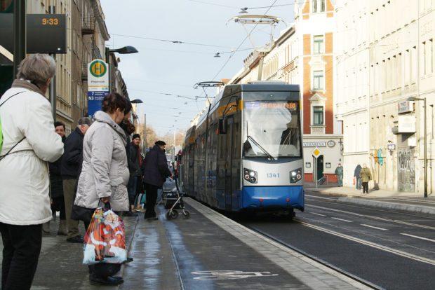 Einsteigen an der neuen Haltestelle an den Leutzsch-Arkaden. Foto: Ralf Julke