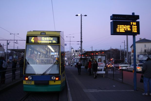 Straßenbahn im morgendlichen Schul- und Berufsverkehr. Foto: Ralf Julke