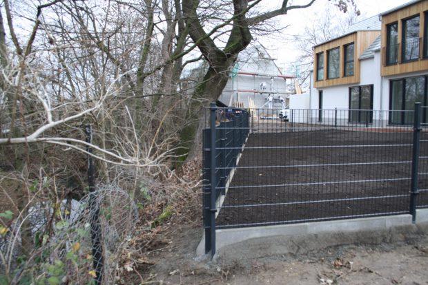 Gewässerrandstreifen eindeutig ignoriert: Zaun, Aufschüttung und Drainagen reicxhen bis an die Uferböschung der Alten Luppe. Foto: Ralf Julke