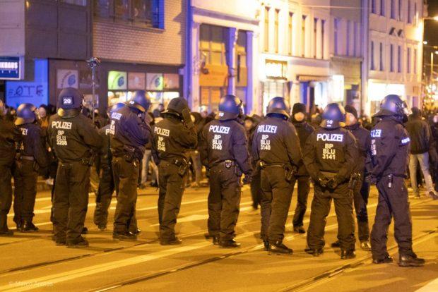Am Wilhelm-Leuschner-Platz trennte die Polizei die Teilnehmenden voneinander. Foto: Marco Arenas