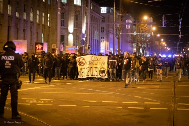Vom Wiedebachplatz kommend zog die Demo auf der Karli Richtung Innenstadt. Thomas Kumbernuß (Die PARTEI) versuchte, die Friedlichkeit zu wahren. Foto: Marco Arenas